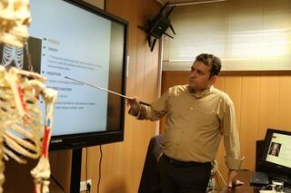 تدریس دکتر ملک محمدی در دوره آموزشی ماساژ ورزشی
