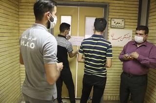 ضدعفونی و پلمپ رختکن ورزشگاه پارس شیراز برای برگزاری مسابقه فوتبال با حضور افسر کنترل سلامت