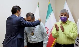 اهدای مدال قهرمانی مقابله با کرونا به دکتر مدبر
