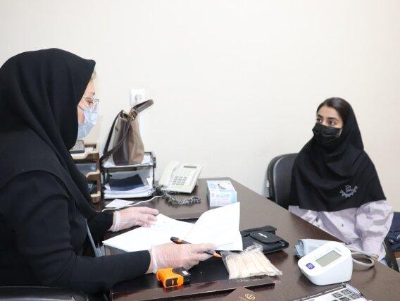 انجام معاینات پزشکی از تیم اعزامی کاراته دختران فارس به مسابقات کشوری توسط دکتر تمدن نایب رئیس هیات پزشکی ورزشی استان